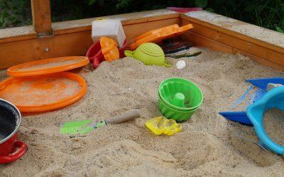 Sandkästen für Kinder im eigenen Garten